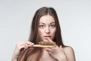 女性头顶脱发是什么原因及治疗,女性经常脱发什么原因引起的