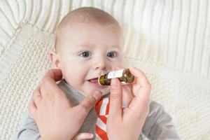 宝宝舌苔厚白的原因