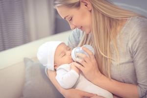 怎么预防两个月的宝宝吐奶