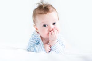出生婴儿呛奶怎么办