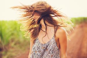 女孩为什么会长白头发