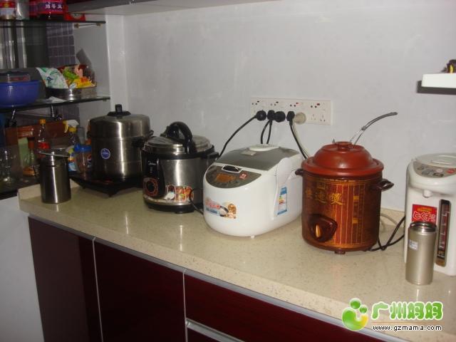 厨房右侧台面上的电器.JPG