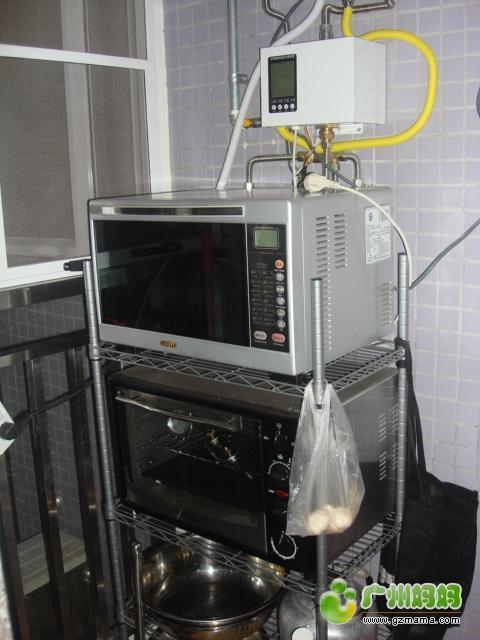 厨房外侧小阳台上的微波炉和烤箱.JPG