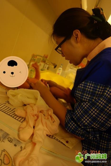 帮宝宝清洗脐带