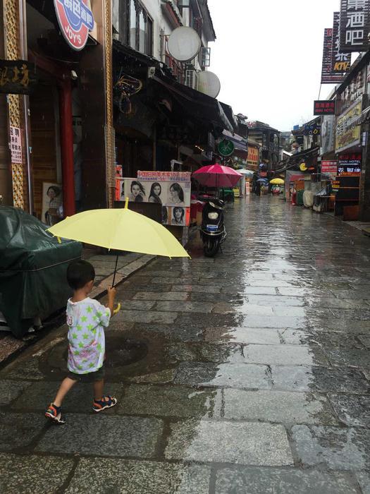 下雨的西街
