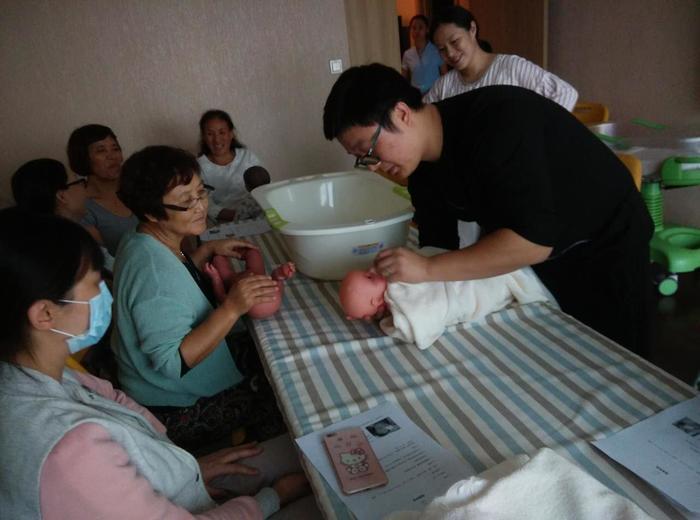 九爸学习给娃洗澡.jpg