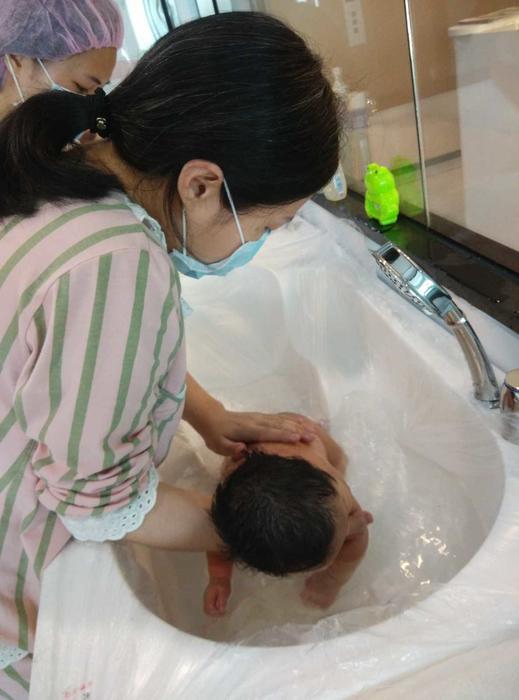 九妈第一次给娃洗澡.jpg