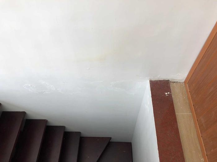 顶楼隔壁渗水过来.jpg
