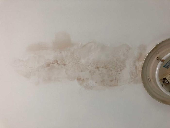 卧室天花渗水2.jpg