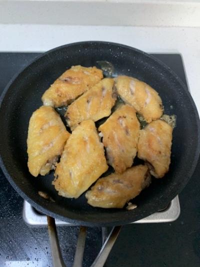 简简单单下饭菜!香喷喷鸡翅焖薯仔