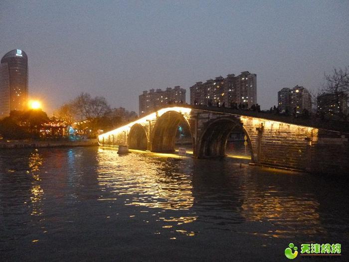 夜幕下的拱宸橋