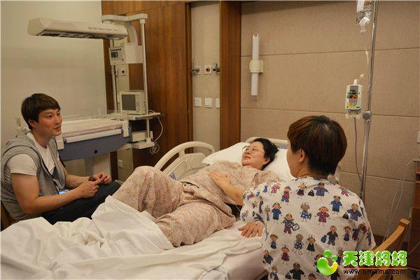 12-助产士陪护在许杨身边并鼓励安抚.jpg