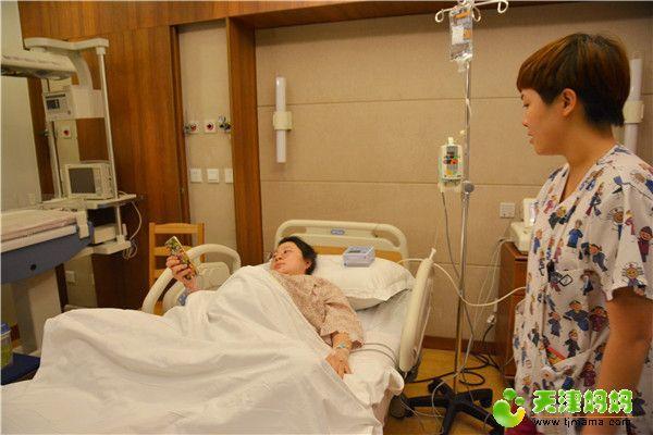 18-助产士询问许杨的感受.jpg