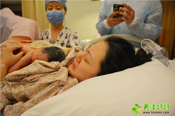27-新生儿第一时间和妈妈进行接触_meitu_4.jpg