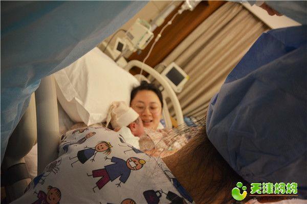 35-妈妈看着自己的小天使,露出母爱的笑脸.jpg