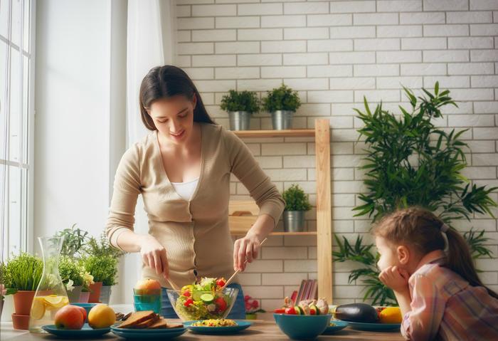 51236821_廚房 媽媽 孩子 下廚 美食 做飯.jpg